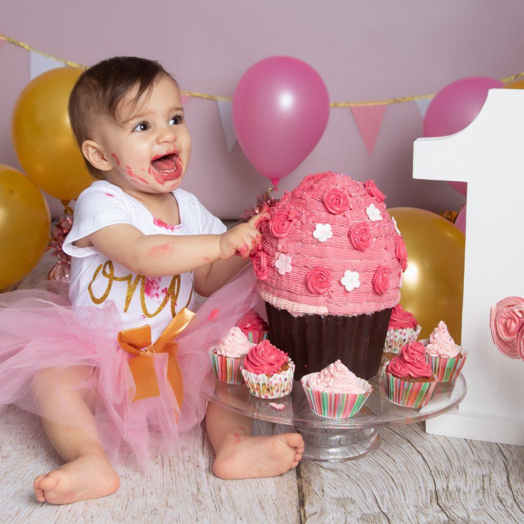 Séance photo-gâteau-anniversaire-rire-vitré